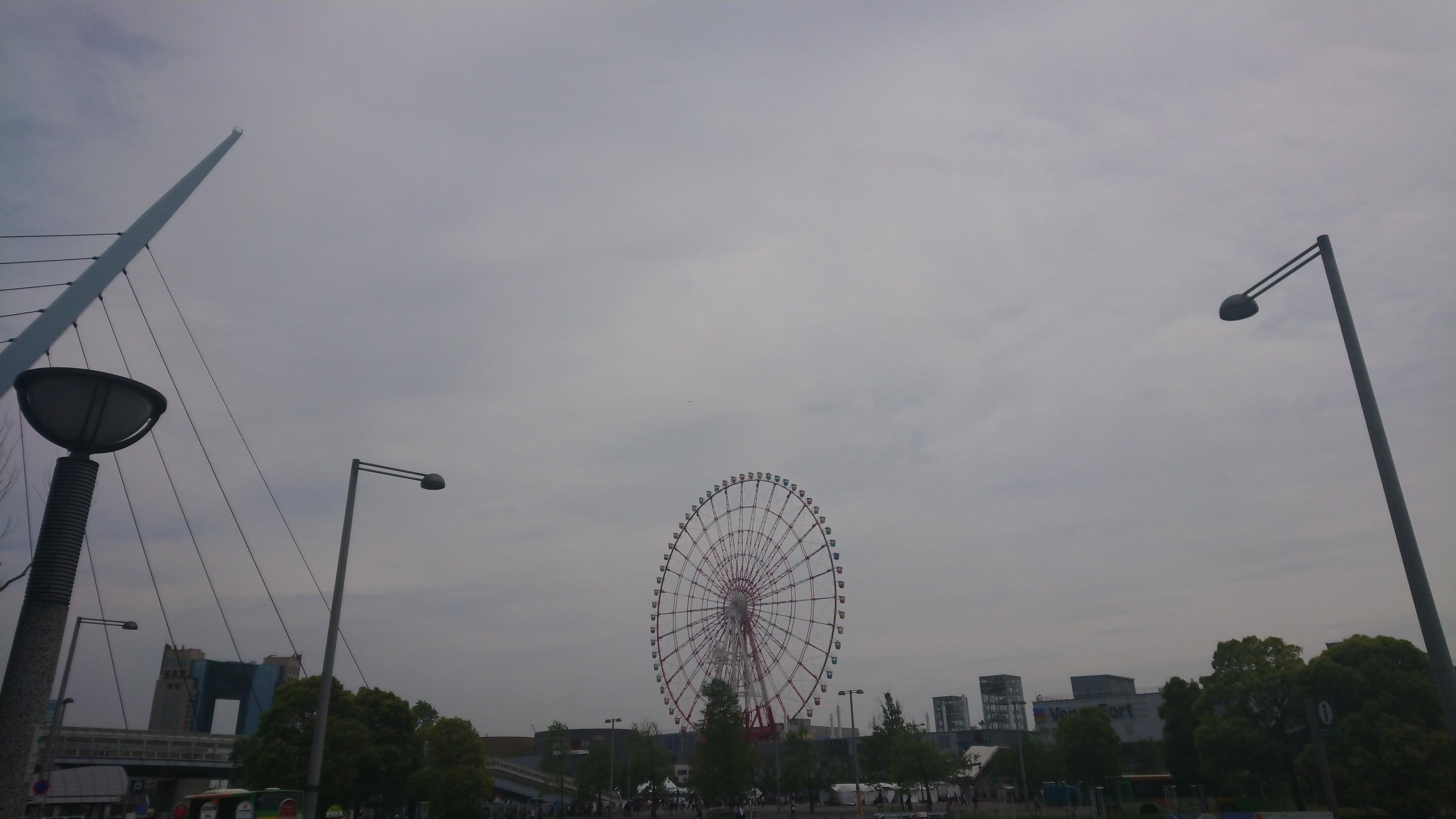 お台場の観覧車の写真。曇り空で、ちょっとだけ不安にさせる光景です。